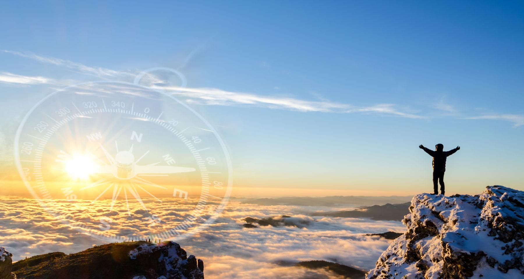 Wanderer feiert Erfolg auf einem Berg in einem majestätischen Sonnenaufgang